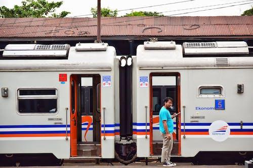 Gratis lagerfoto af elektrisk tog, folk, røg, rygning