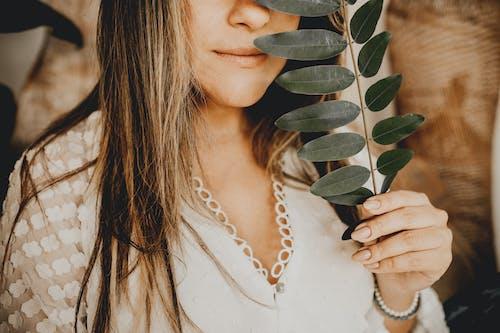 Gratis stockfoto met aantrekkelijk, aantrekkingskracht, bladeren, casual