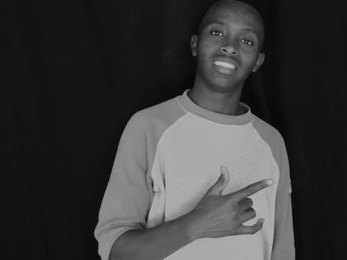 Foto d'estoc gratuïta de blanc i negre d'un noi somrient