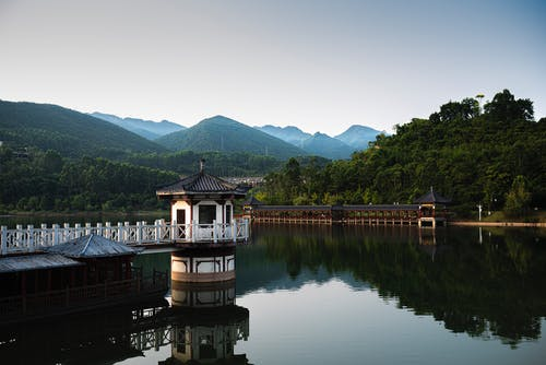 Darmowe zdjęcie z galerii z altana, architektura, brzeg jeziora, drewno