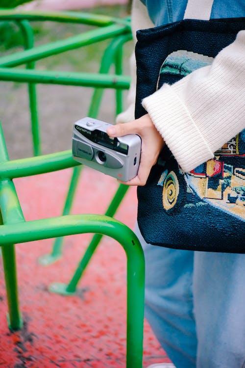 Základová fotografie zdarma na téma fotoaparát, ruka