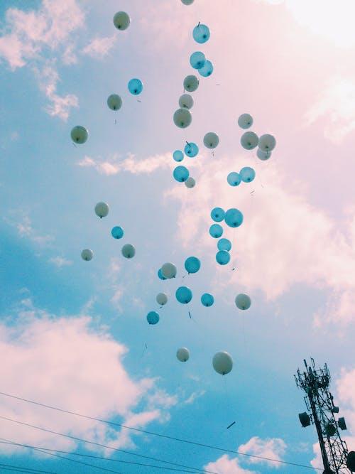 Foto profissional grátis de azul, balões, bexigas
