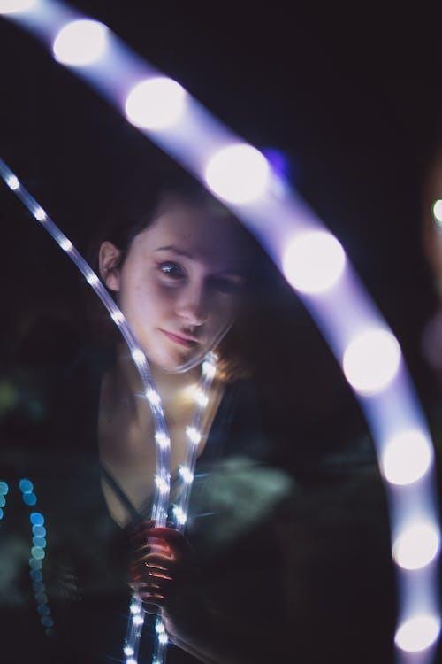 反射, 女孩, 弱光, 晚上 的 免费素材照片