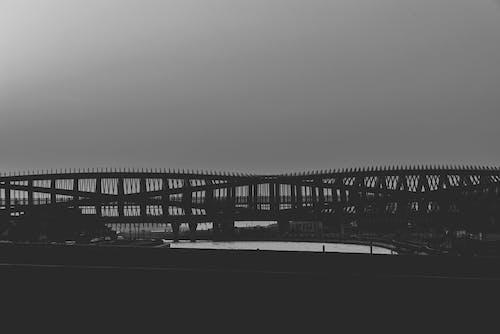 Foto d'estoc gratuïta de a l'aire lliure, arquitectura, blanc i negre, connexió