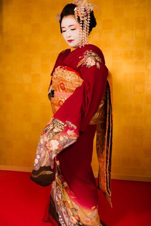 Frau, Die Roten Und Goldenen Kimono Trägt