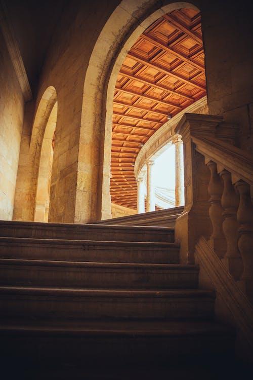 Ilmainen kuvapankkikuva tunnisteilla arkkitehtuuri, kaaret, portaat, rakennus
