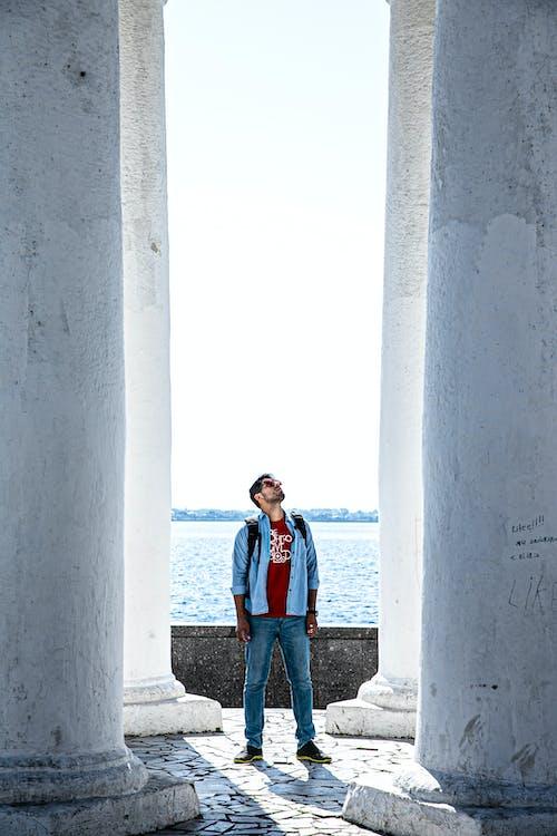 Základová fotografie zdarma na téma architektura, ležérní oděv, muž, pilíře