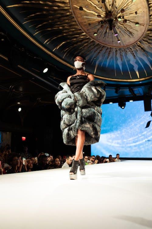 Fotos de stock gratuitas de abrigo, actuación, chica de raza negra, desfile de moda