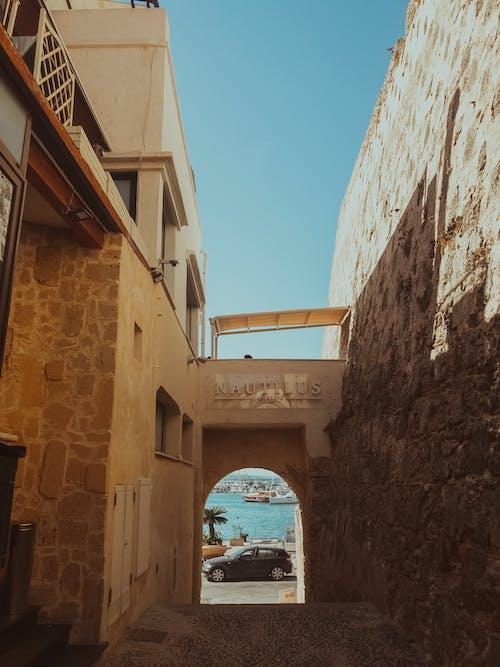 Gratis stockfoto met architectuur, attractie, auto, blauwe lucht