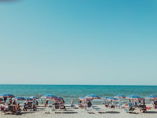 Fotobanka sbezplatnými fotkami na tému breh, dáždniky, krajina pri mori, ľudia