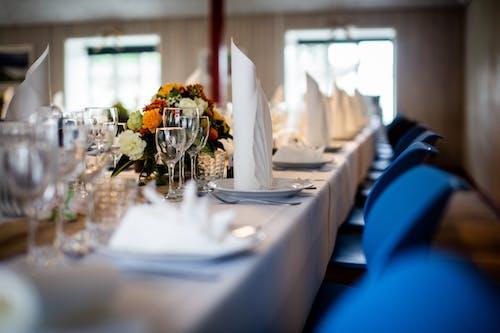 Kostnadsfri bild av bestick, blommor, bord, bordsduk