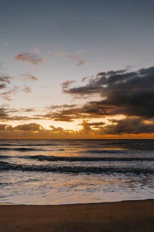 Ilmainen kuvapankkikuva tunnisteilla aallot, auringonlasku, hämärä, hiekka