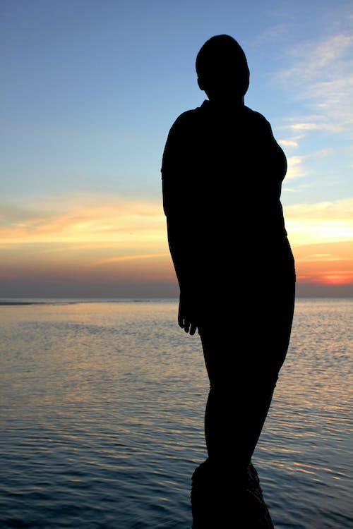 Fotobanka sbezplatnými fotkami na tému krásny západ slnka, siluety, sunset beach, večerná obloha