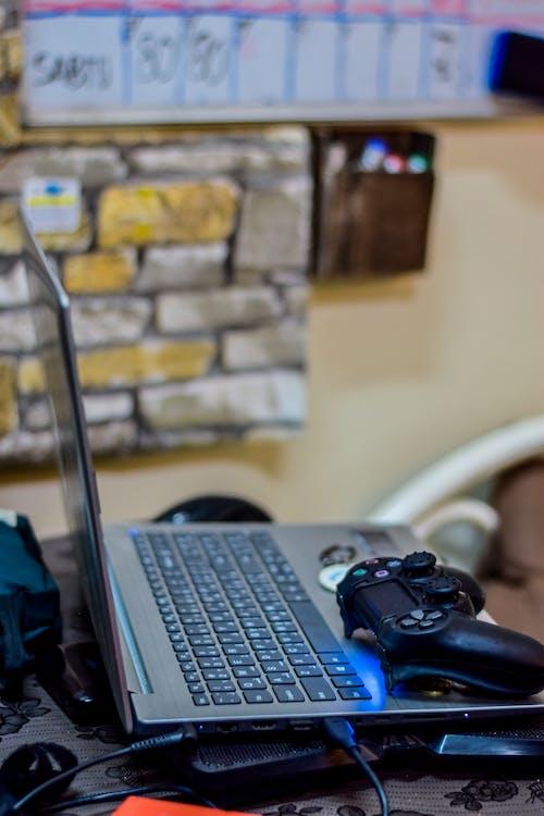 Gratis lagerfoto af bærbar computer, computertastatur, PlayStation, spilcontroller