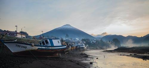 Δωρεάν στοκ φωτογραφιών με αλιευτικό σκάφος, βουνά, ουρανός, σε εξωτερικό χώρο
