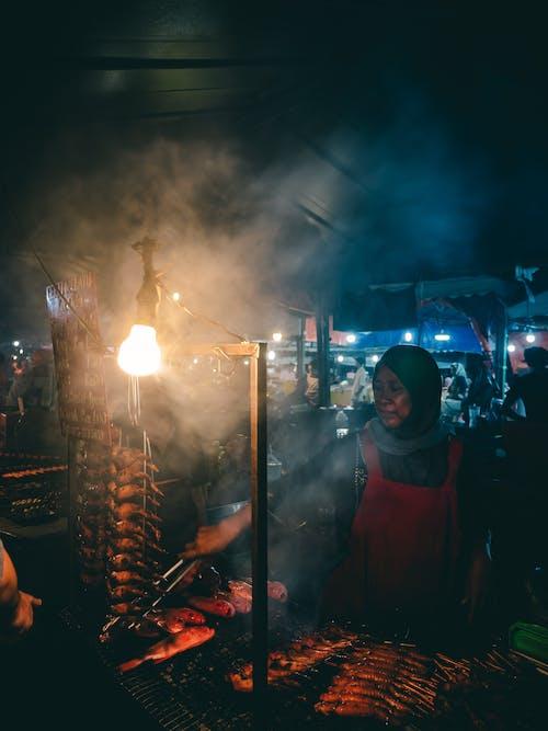 Δωρεάν στοκ φωτογραφιών με αγορά, γυναίκα, ελαφρύς, έξω