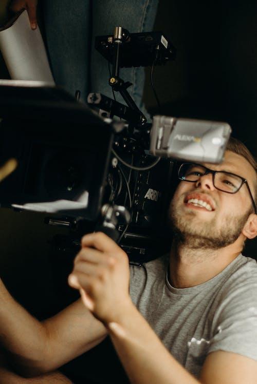 adam, alıcı yönetmeni, film fotoğrafçılığı, iç mekan içeren Ücretsiz stok fotoğraf