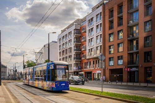 Kostenloses Stock Foto zu apartmentgebäude, apartments, früher morgen, straßenbahn