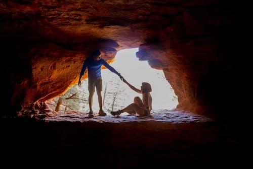 Fotobanka sbezplatnými fotkami na tému držanie za ruky, dvojica, hora, jaskyňa