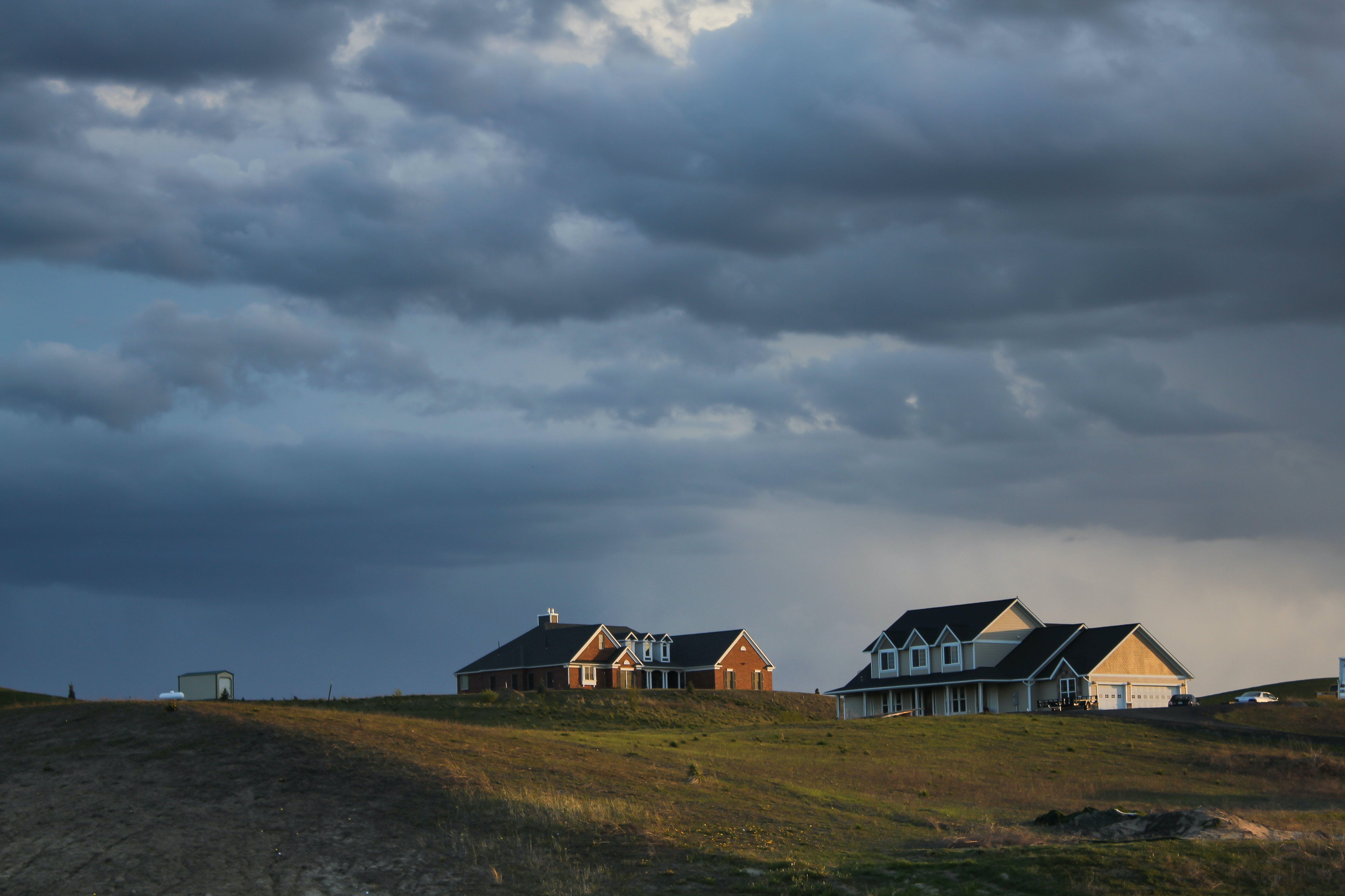 Безкоштовне стокове фото на тему «Будинки, Буря, Денне світло, Захід сонця»