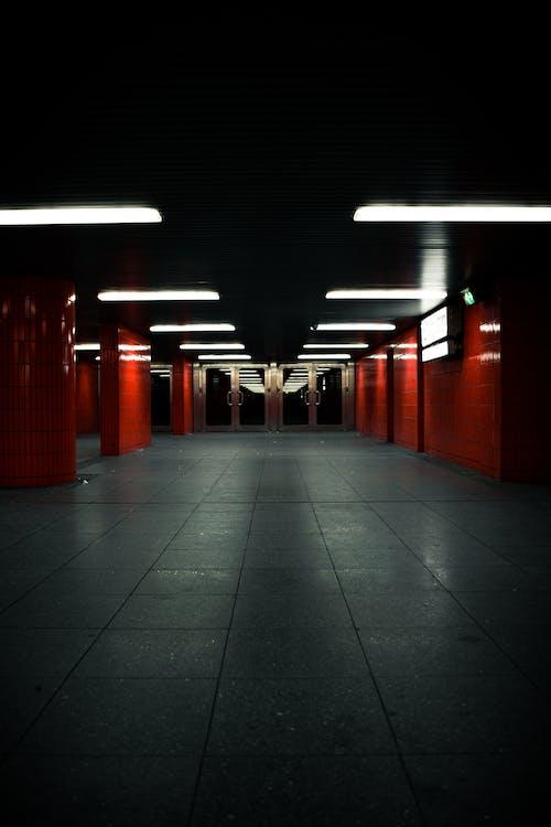 Foto profissional grátis de andar, arquitetura, corredor, dentro de casa
