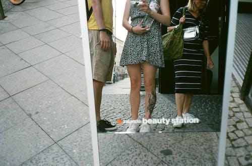 Бесплатное стоковое фото с держать, досуг, зеркало, камера