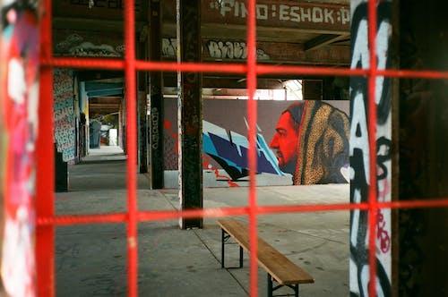 Ahşap bank, artistik, barbarlık, bina içeren Ücretsiz stok fotoğraf