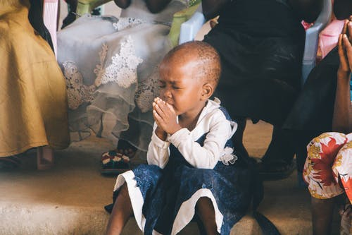 Фотография ребенка, молящегося