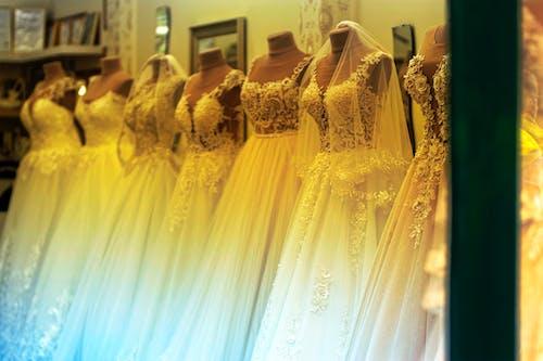 Darmowe zdjęcie z galerii z białe sukienki, handel, manekiny, narażony