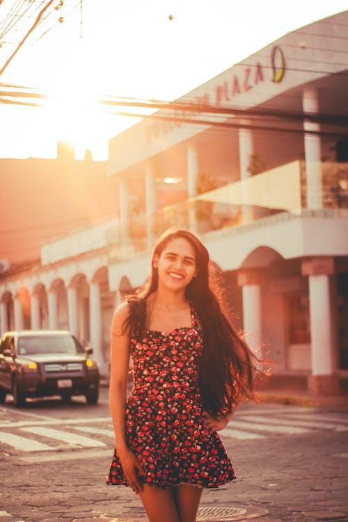Δωρεάν στοκ φωτογραφιών με αστικός, γυναίκα, δρόμος, ηλιακή λάμψη