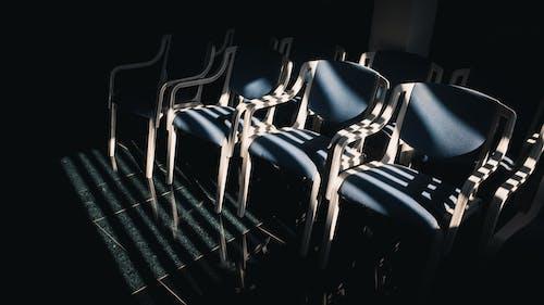Darmowe zdjęcie z galerii z ciemny, cień, fotele, jasny
