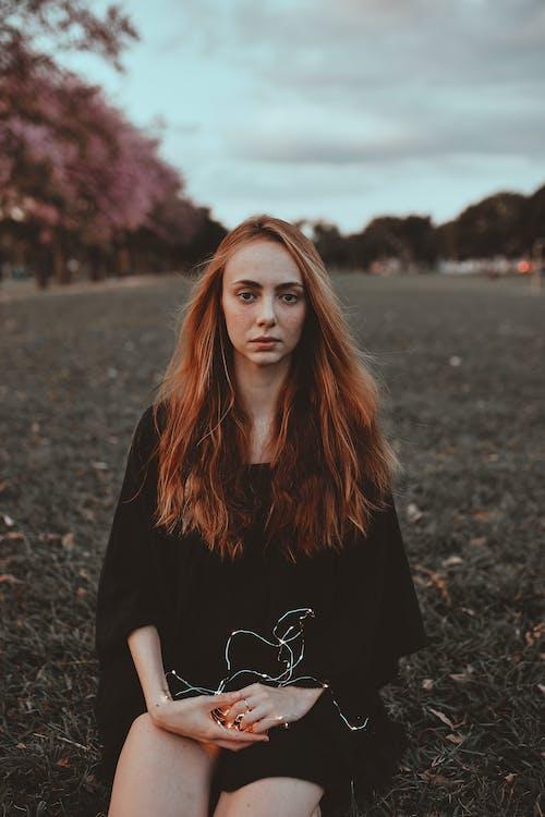 græsmark, kvinde, langt hår