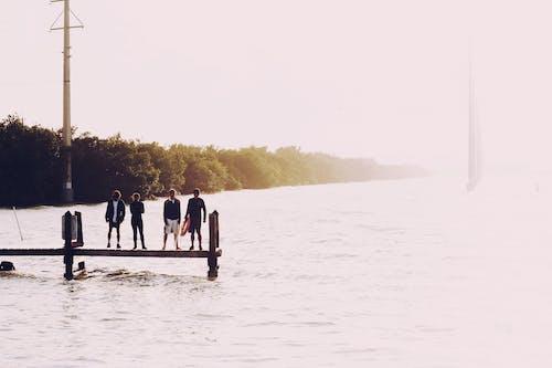 Fotobanka sbezplatnými fotkami na tému exteriéry, hmla, jazero, ľudia