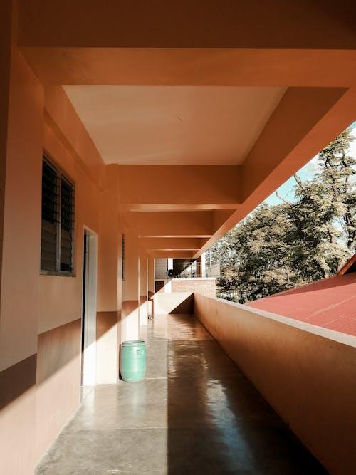 Безкоштовне стокове фото на тему «архітектура, Денне світло, коридор, передпокій»