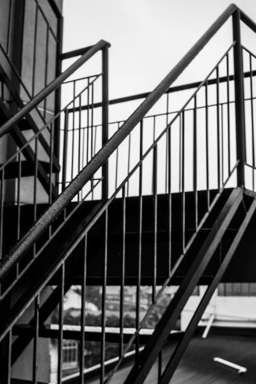 Immagine gratuita di acciaio, bianco e nero, corrimano, scala