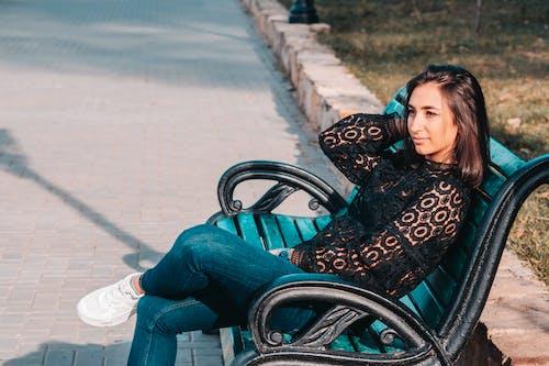倚, 公園, 咖啡色頭髮的女人, 坐 的 免費圖庫相片