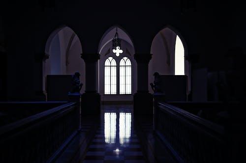 kapalı mekan, kemerler, kilise, pencere içeren Ücretsiz stok fotoğraf