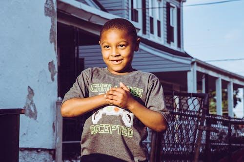 Foto profissional grátis de criança, de pé, desgaste, expressão facial