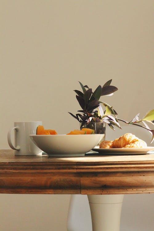 インドア, おいしい, カップ, クロワッサンの無料の写真素材