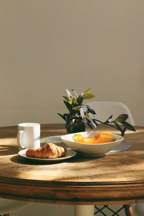 คลังภาพถ่ายฟรี ของ กาแฟ, ของบนโต๊ะอาหาร, ครัวซองค์, จาน