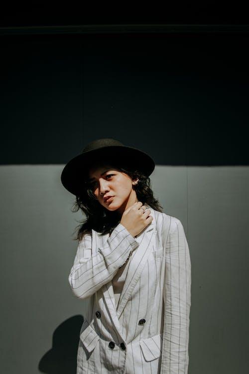 Photos gratuites de belle femme, chapeau noir, échoppe, expression du visage