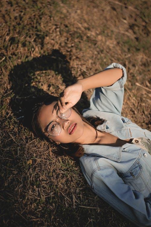 Photo Woman Lying On Grass