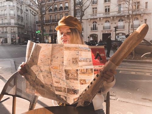 坐, 女人, 帽子, 建築 的 免费素材照片