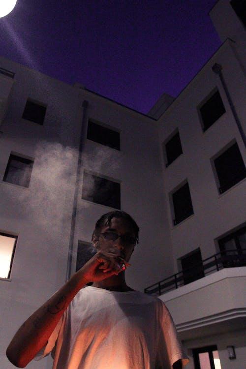 Foto profissional grátis de camisa branca, cigarro, construção, fumaça