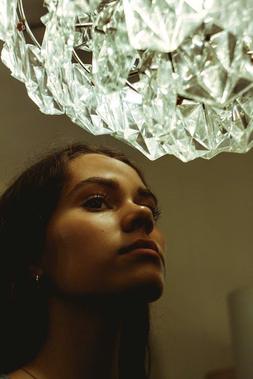 Kostnadsfri bild av ansikte, ansiktsuttryck, kristall, kristallkrona