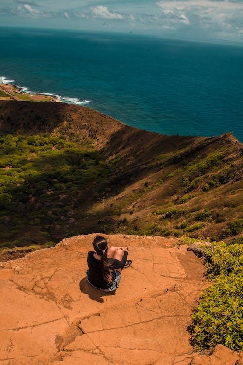 Ilmainen kuvapankkikuva tunnisteilla istuu alas, jyrkänne, kallio, kivi