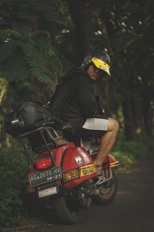 Foto stok gratis dewasa, helm, helm motor, jalan