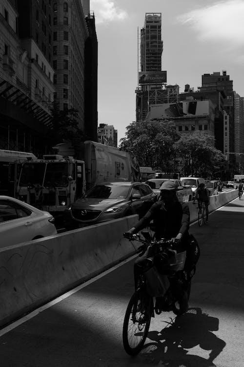 Foto d'estoc gratuïta de a l'aire lliure, bici, blanc i negre, carrer