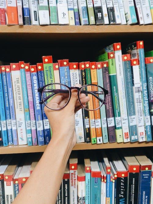 Foto profissional grátis de biblioteca, estante, livros