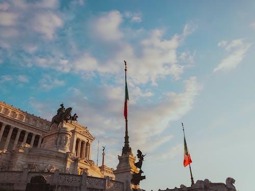 Fotos de stock gratuitas de al aire libre, arquitectura, atracción turística, banderas